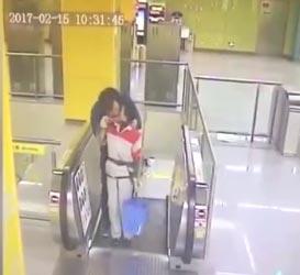 【视频】江苏男子地铁强吻保洁阿姨  吻完就跑 - 嗡啪网