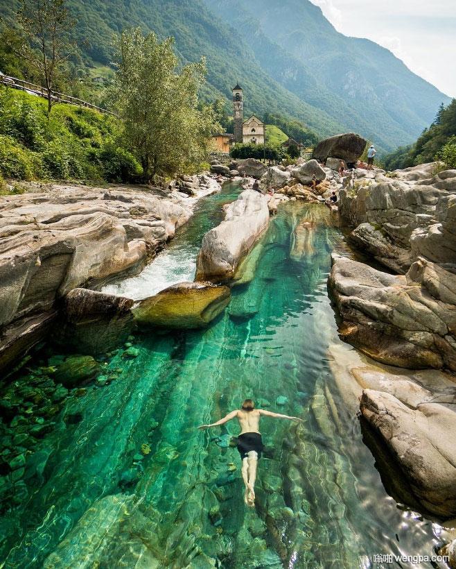 一个游泳者在韦尔扎斯卡山谷原始水域游泳,提契诺州,瑞士