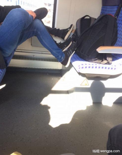 该不该提醒他们把穿鞋的脚放下去