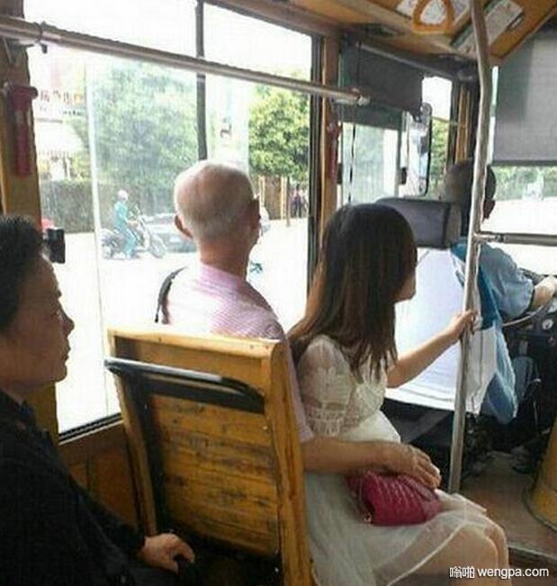 公交车上一老大爷搂大肚子小姑娘 不像是爷孙俩 - 嗡啪网