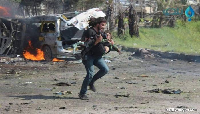 叙利亚战地记者放下相机抢救受伤儿童 震惊全球
