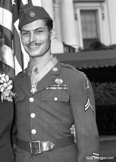 德斯蒙德·达斯(Desmond Doss)作为军医,在战场上不开一枪救了75人