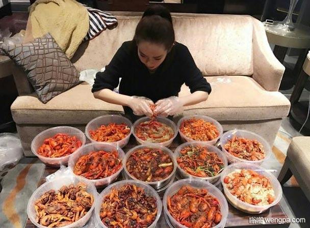 馋小龙虾了 这一次要吃伤啊 美女吃小龙虾搞笑图片 - 嗡啪网