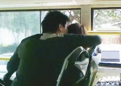 【搞笑笑话】公交车上一男一女在接吻
