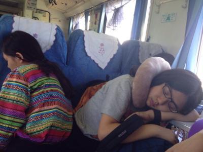 【笑话】坐火车回成都,无意间发现同学在另一节车厢,于是去找他
