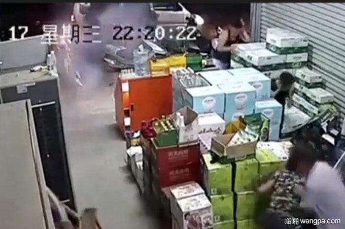 广西四名黑衣蒙面人掏出武器 对超市人群一顿扫射