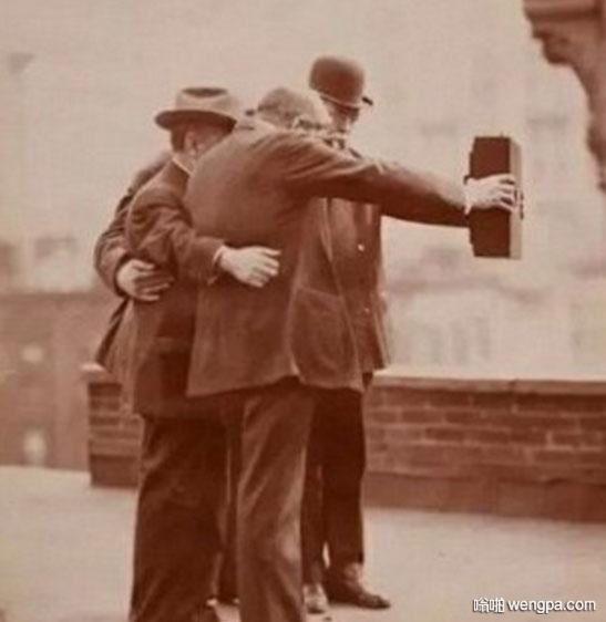其实在一百多年前 刚有相机的时候 人们已经开始自拍了