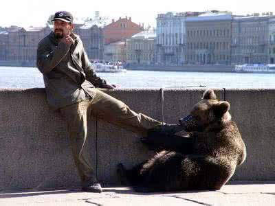 【搞笑段子】一群美国人旅游,出现一头熊