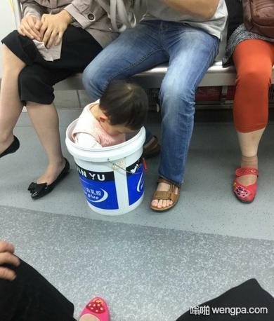 这娃是充话费送的吧 小孩搞笑图片 - 嗡啪网