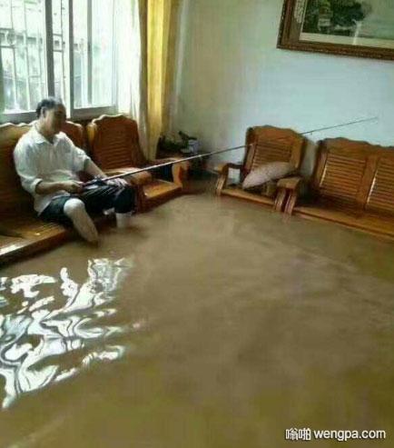 南方暴雨发洪水 客厅里可以钓鱼了