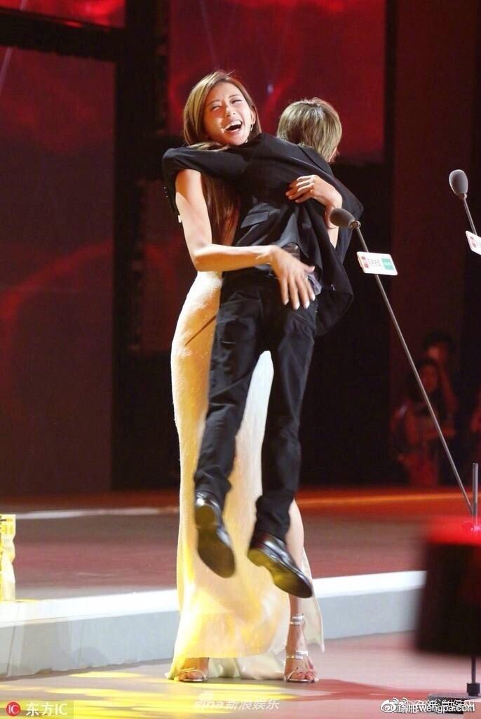 林志玲把郭敬明抱起来了…林志玲把郭敬明抱起来了…抱起来了…