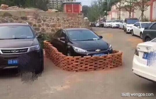 【乱停车搞笑图片】轿车挡住小区出口 被人连夜用砖垒个圈 - 嗡啪网