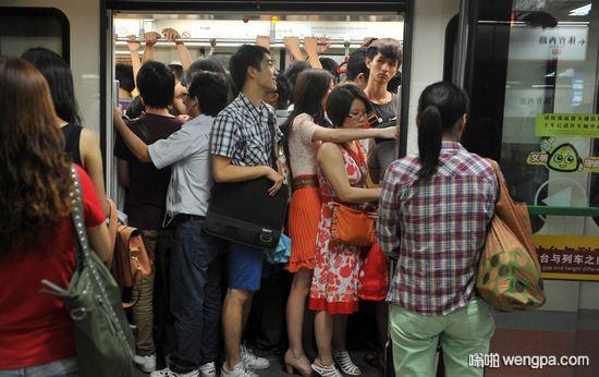 【笑话】早上挤地铁的时候手肘不小心碰到一个女孩子的胸部