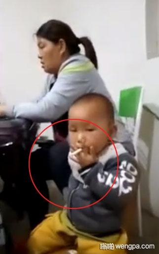 妈妈打麻将,小孩子一边抽着烟,这样子就像个王者