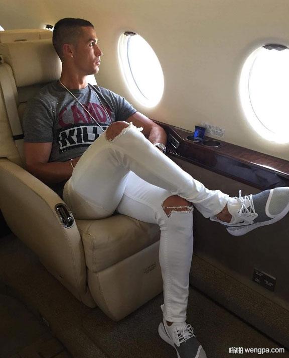 c罗穿着破洞牛仔裤在自己的私人飞机上