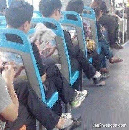 现在的人坐下来只干两件事:跷二郎腿、玩手机