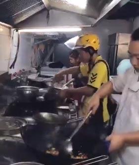 外卖小哥嫌厨师出菜慢 自己炒菜