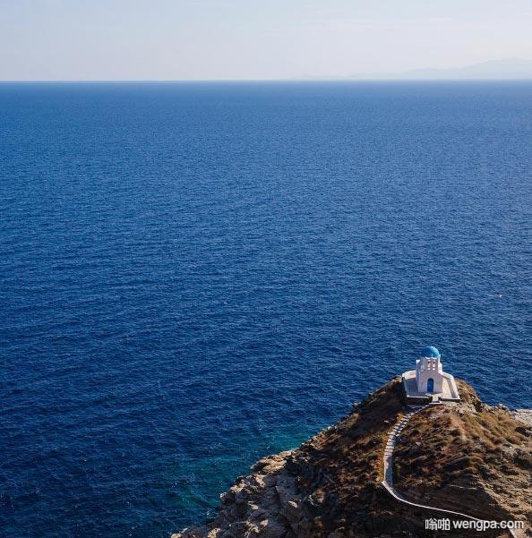 希腊Sifnos岛的蓝色圆顶教堂 对望爱情海