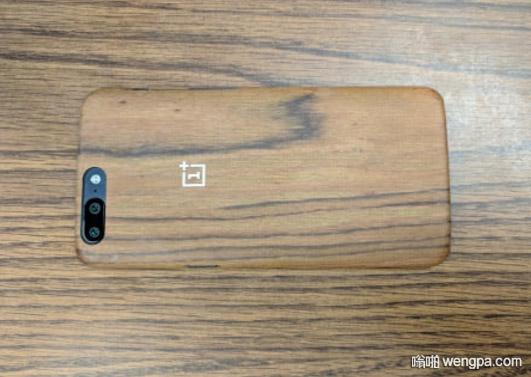 强迫症者喜欢的图 手机壳跟桌子木纹高度吻合