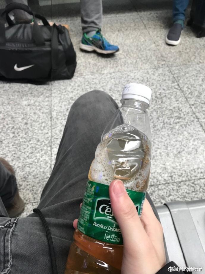 早上在空矿泉水瓶灌了一壶茶去候车室等车 拿在手里怪怪的