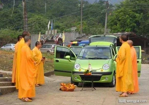 买个QQ还要请和尚给汽车开光 盘点国人提车恶俗习惯