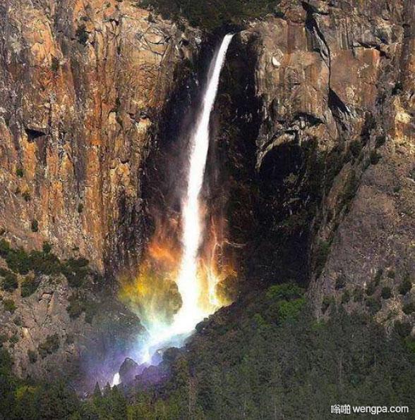 优胜美地的瀑布在太阳从某个角度照射时会变成彩虹