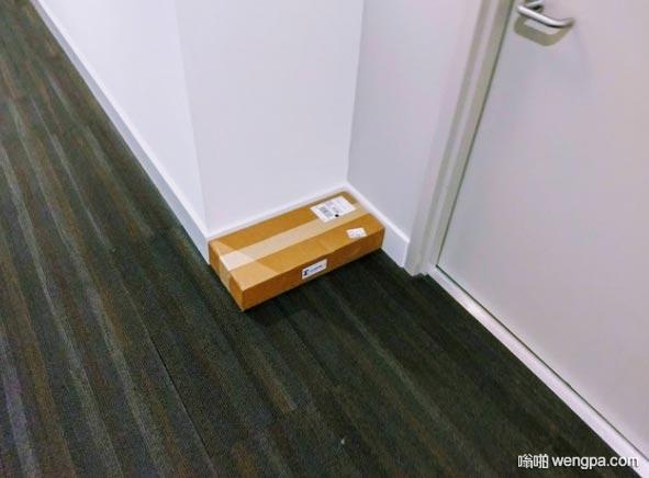 强迫症患者笑了 快递员放在门口的快递