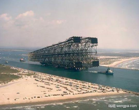 大型石油勘探平台海路运输 沙滩上的是小汽车
