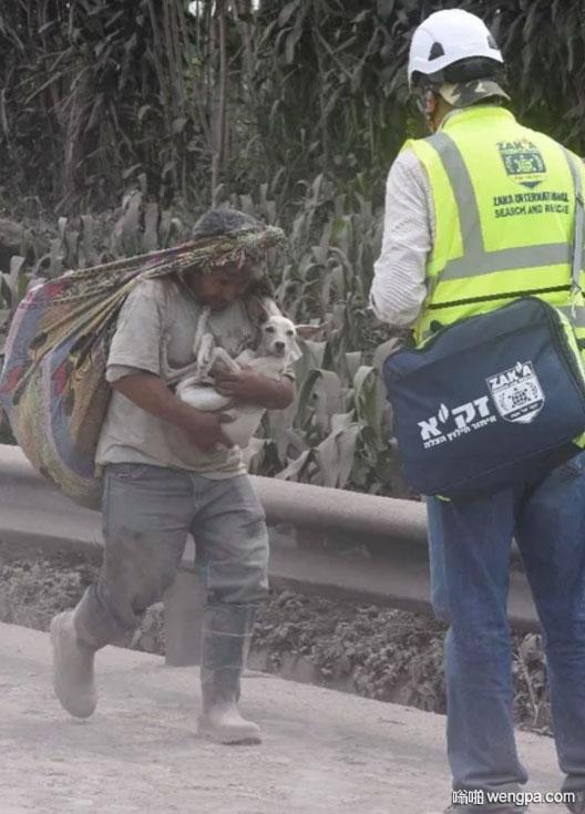 危地马拉火山灾难中感人的一幕