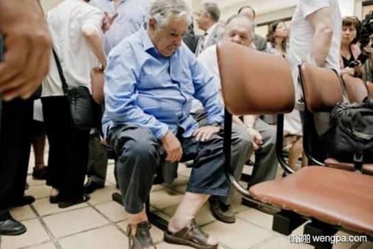 乌拉圭前总统何塞·穆希卡在医院等候看病