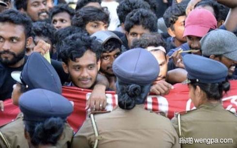 当你试图抗议政府 却爱上了警察
