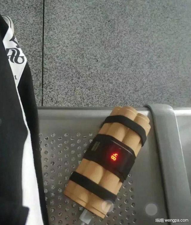 【搞笑图片】坐高铁等车 我的充电宝把边上的人吓跑了 假炸弹充电宝 - 嗡啪网