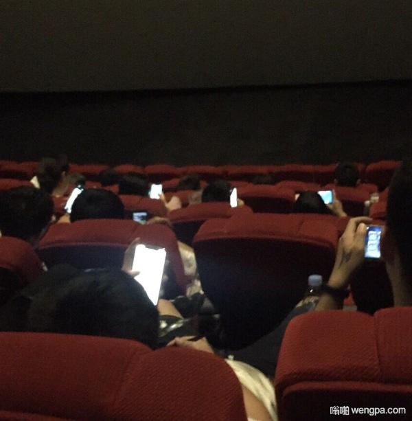 [搞笑图片]现在的人 来电影院看手机 - 嗡啪网