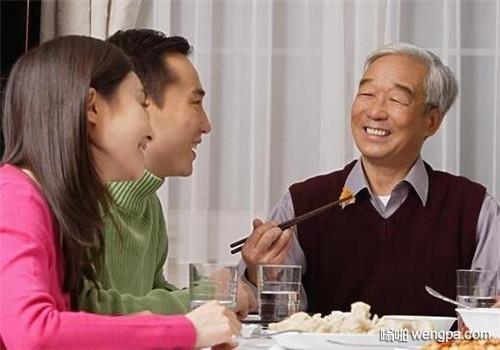 【笑话】陪老丈人喝茶,他不小心把丈母娘的玉镯子碰地上摔碎了