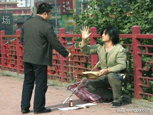 【笑话】路过天桥 一个乞丐跪在我面前
