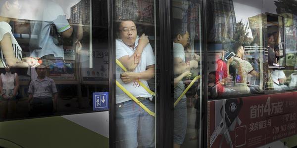 【笑话】夏天挤公交 一小伙身边挨着的是位穿着暴露的女郎