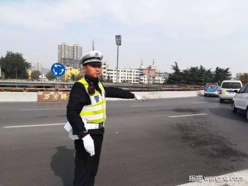 【笑话】哥们是一名交警 下班打个车回家