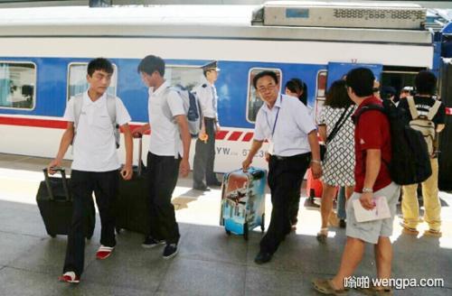 【搞笑段子】刚下火车时 一个男人拍了一位少妇的肩膀