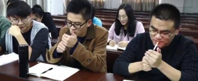 【笑话】初中的时候 同桌是个烟鬼 地理老师是个老头