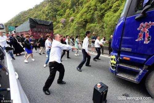 【搞笑段子】高速堵车长达十几小时 一司机终于无法忍受