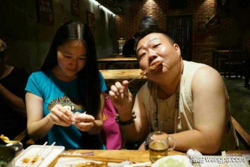 【笑话】昨晚撸串 旁边桌一对情侣起身离开 盘里还剩了10多串羊肉串