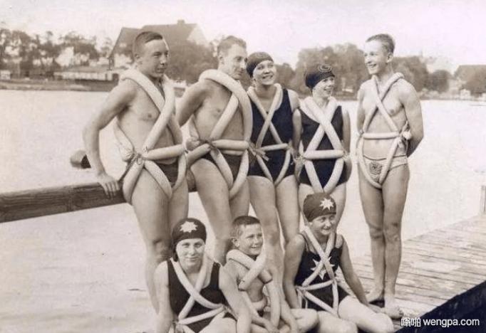 100年前德国的一群年轻人 穿着他们自己发明的自行车轮胎制作的救生衣