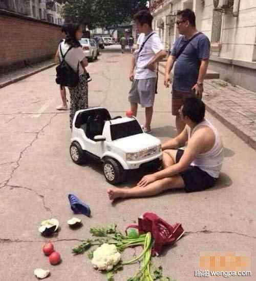 【笑话】一个老爷爷倒在了车前 硬说是小伙子撞的