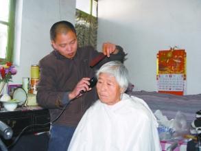 【搞笑段子】一个老奶奶去理发店染发