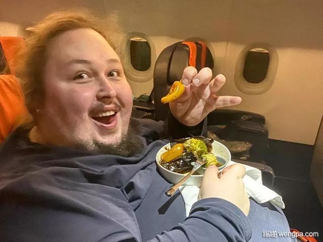 不要坐在飞机的马桶上按冲水按钮 如果你太胖 可能被吸住