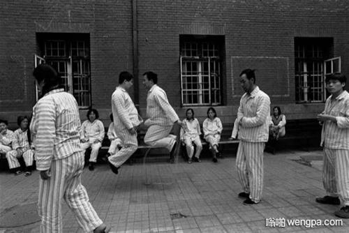 【笑话】一同学每天上学路过精神病院时 都有个穿着病号服的人冲他招手