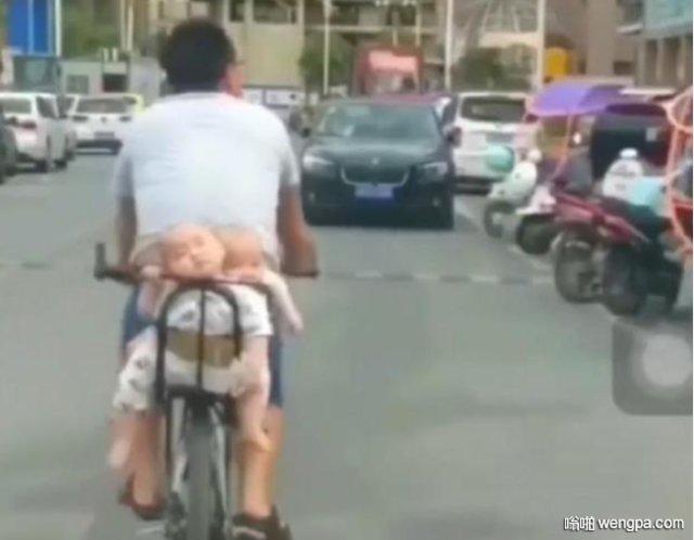 这位宝爸骑着自行车带着双胞胎宝宝