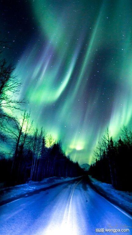 夜空中漂亮的北极光