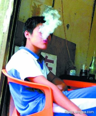 【搞笑段子】和同桌抽烟被班主任抓住了