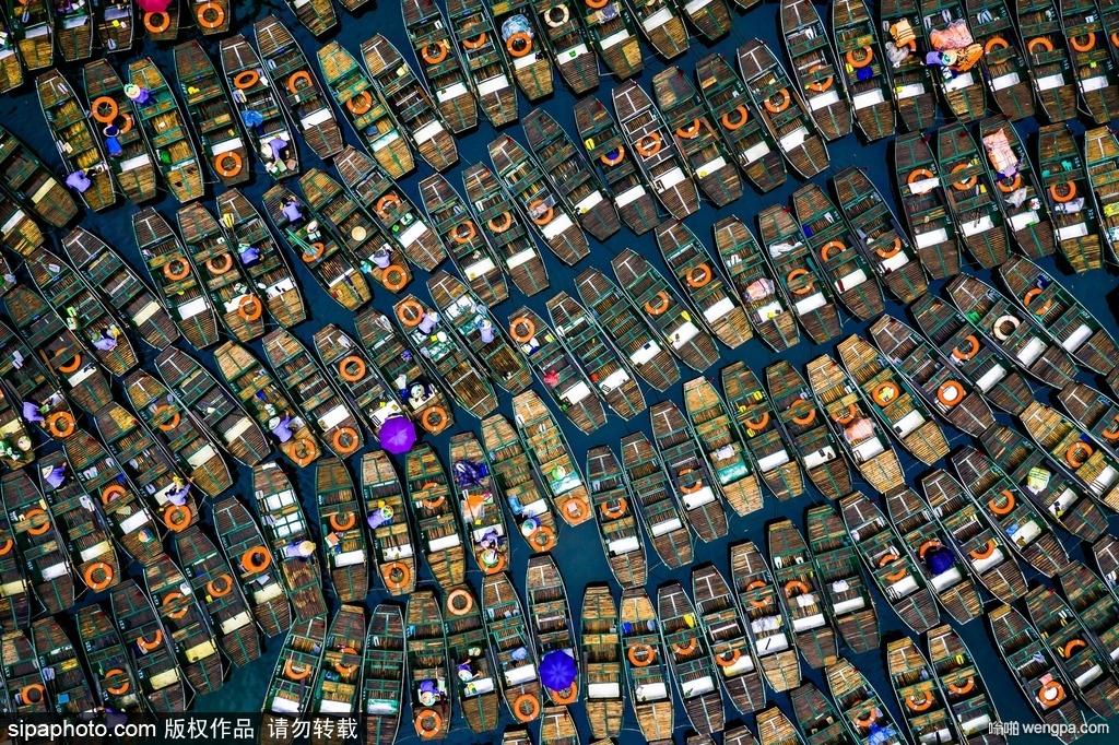 越南宁平:俯瞰百余船只静卧湖面 宛如艺术品